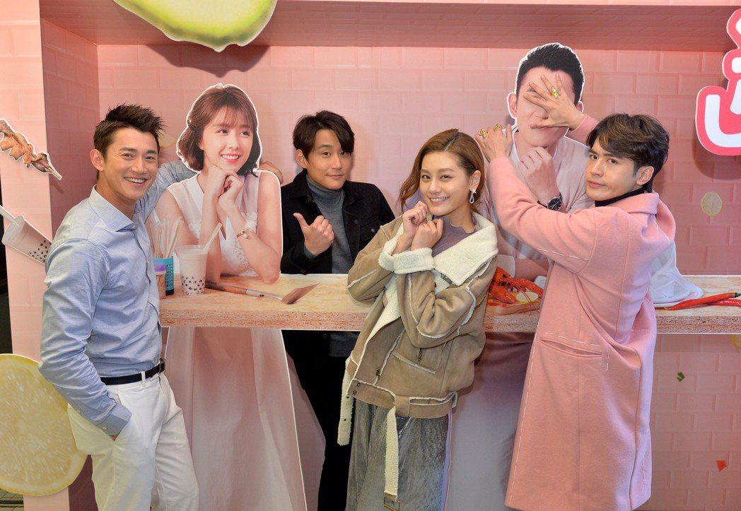 吳慷仁(左起)、陳乃榮、小蠻、吳思賢喝珍珠奶茶為戲慶功。圖/三立提供
