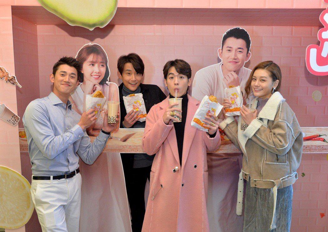吳慷仁(左起)、陳乃榮、吳思賢、小蠻喝珍珠奶茶為戲慶功。圖/三立提供