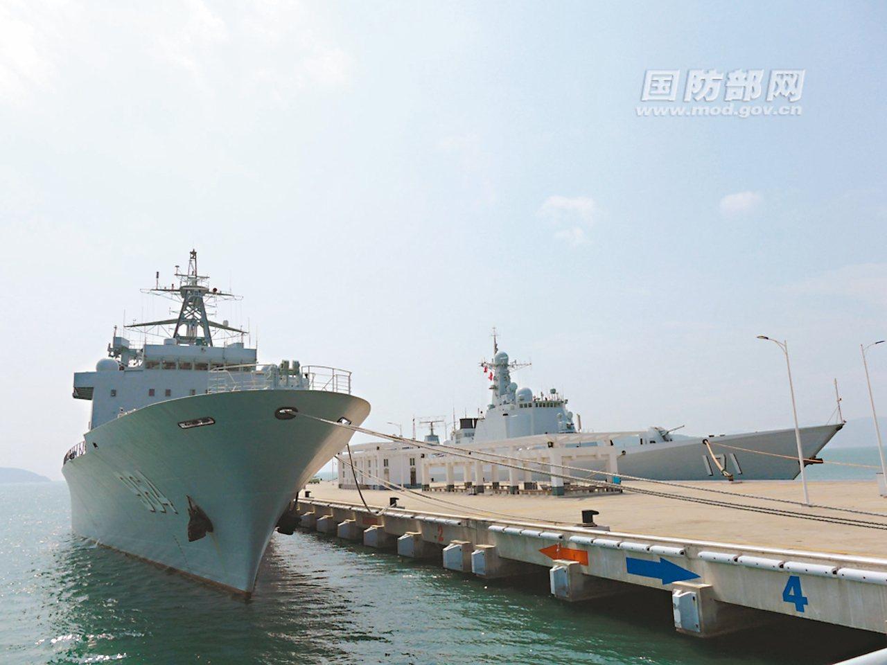 中共南海艦隊遠海訓練編隊在三亞港起航,左為駱馬湖艦、右為海口艦。 圖/中共國防部...