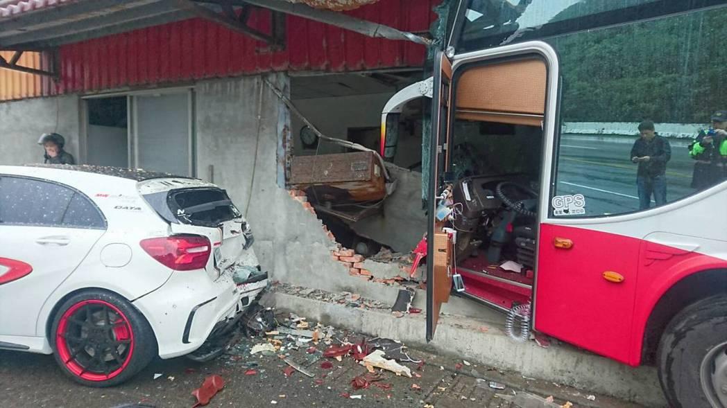 滿載陸客的遊覽車在新北萬里衝撞路邊民宅,事發時年約42歲的駕駛可能因心肌梗塞失去...