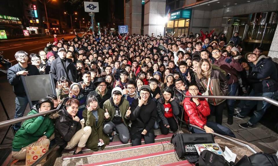「青春點點點」7日凌晨播完最後一集,聽眾在飛碟電台樓下歡送主持人。 圖/摘自臉書