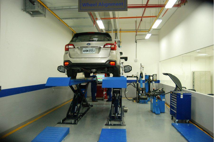最高級別的 Subaru 服務廠將導入四輪定位機,免除車主需要定位服務時還需外修的困擾。 記者林鼎智/攝影