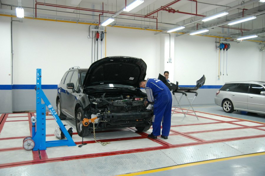 在每日服務台數達 100 台、最高級別的 Subaru 服務廠將導入四輪定位與鈑金手術台,圖為鈑金手術台。 記者林鼎智/攝影