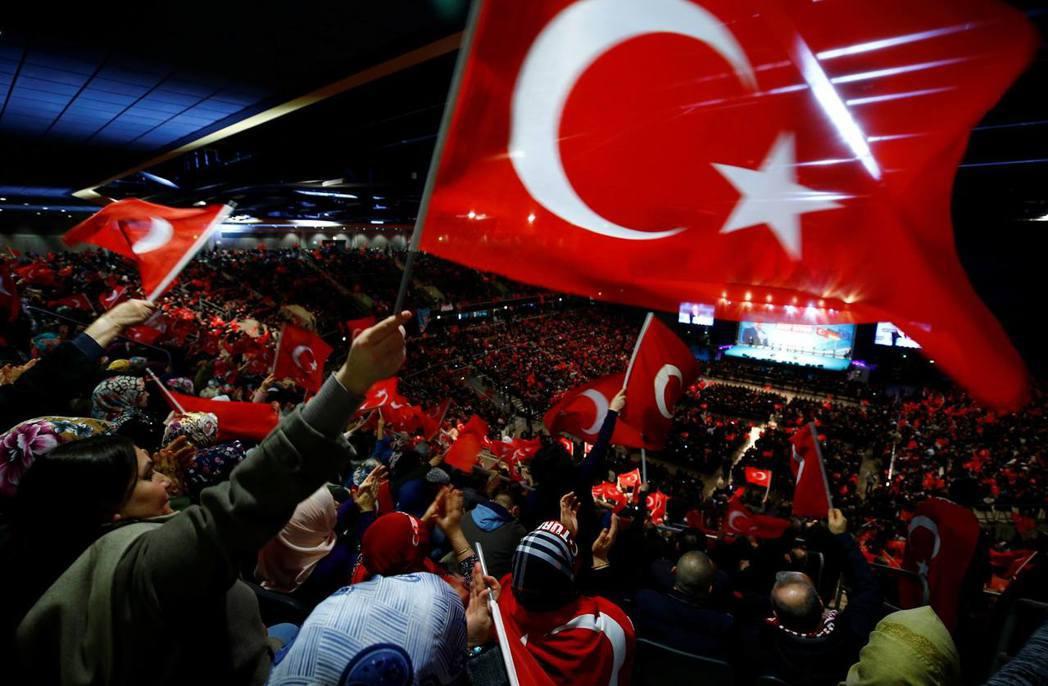 土德之間的衝突未必會為執政黨帶來負面的影響,而德國政府消極的態度,反倒能激起土耳...