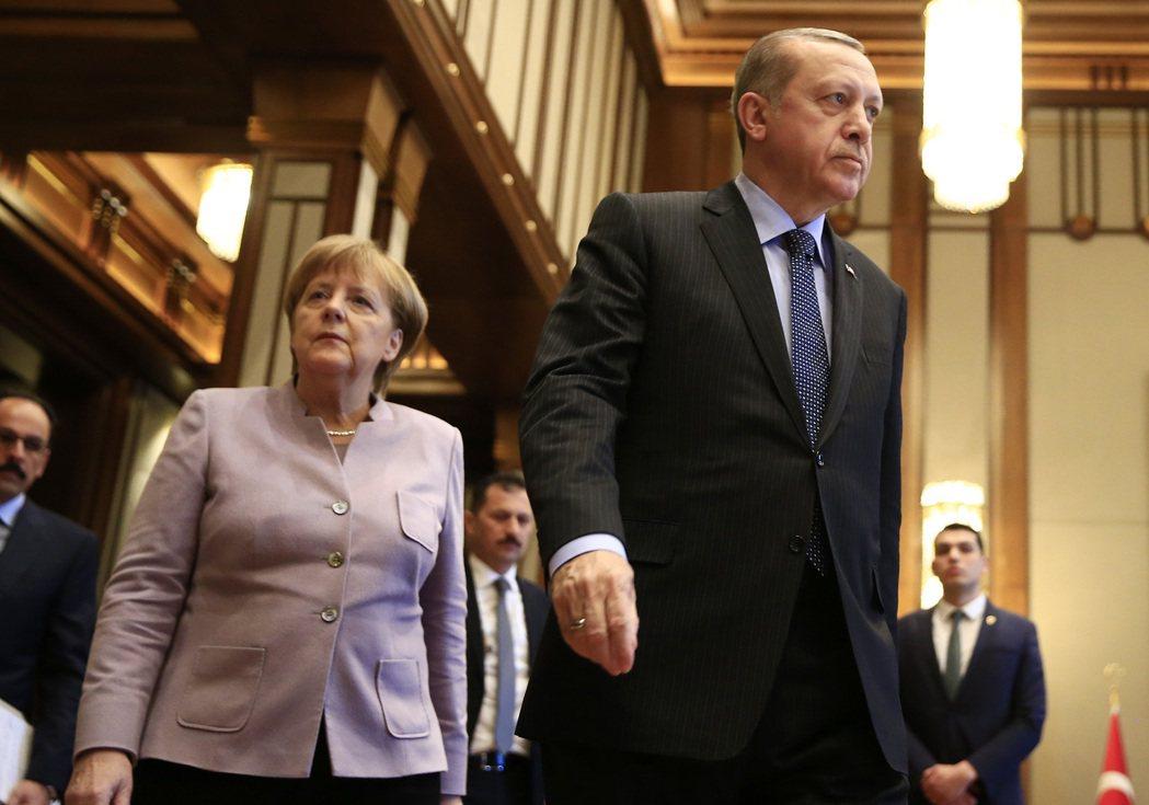 德國總理梅克爾(左)在面對國內民眾要求禁止土耳其總統厄多安(右)入境的抗議聲浪中...