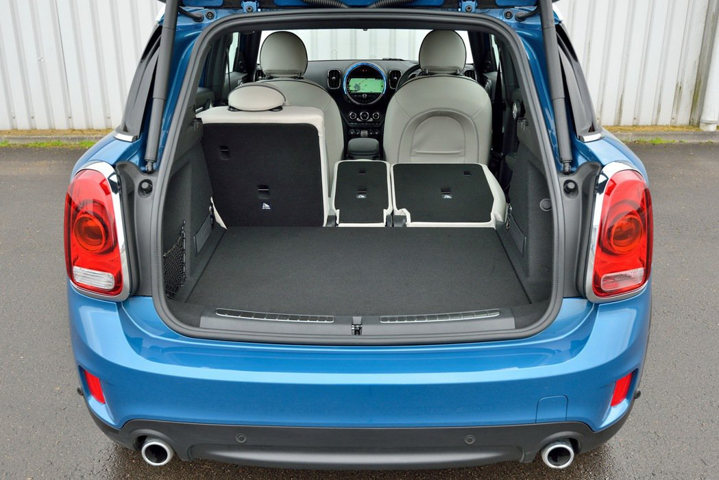 後座椅背可依40-20-40比例放倒,車內空間可供靈活配置。 圖/汎德提供