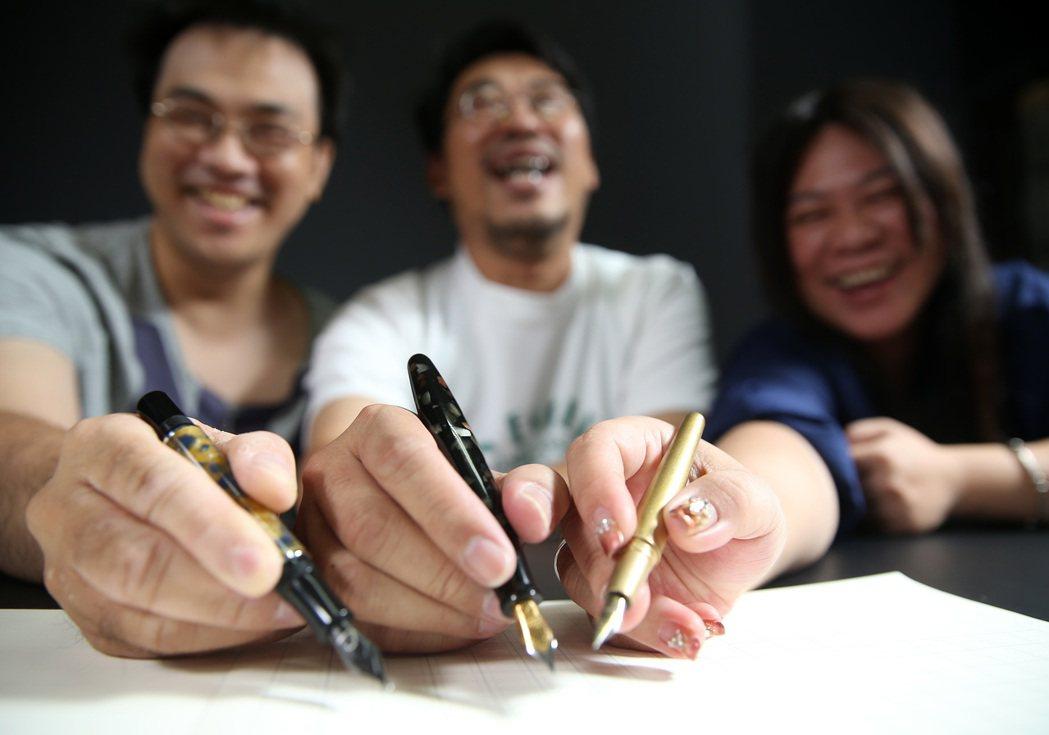 鋼筆社團「鋼筆旅鼠本部連」創辦人鼠頭(中)與團員小郭(左)、酷妹(右)。 記者林...