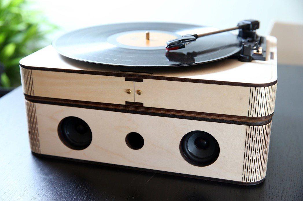 Dimention plus 的創意LP黑膠唱盤。 記者于志旭/攝影