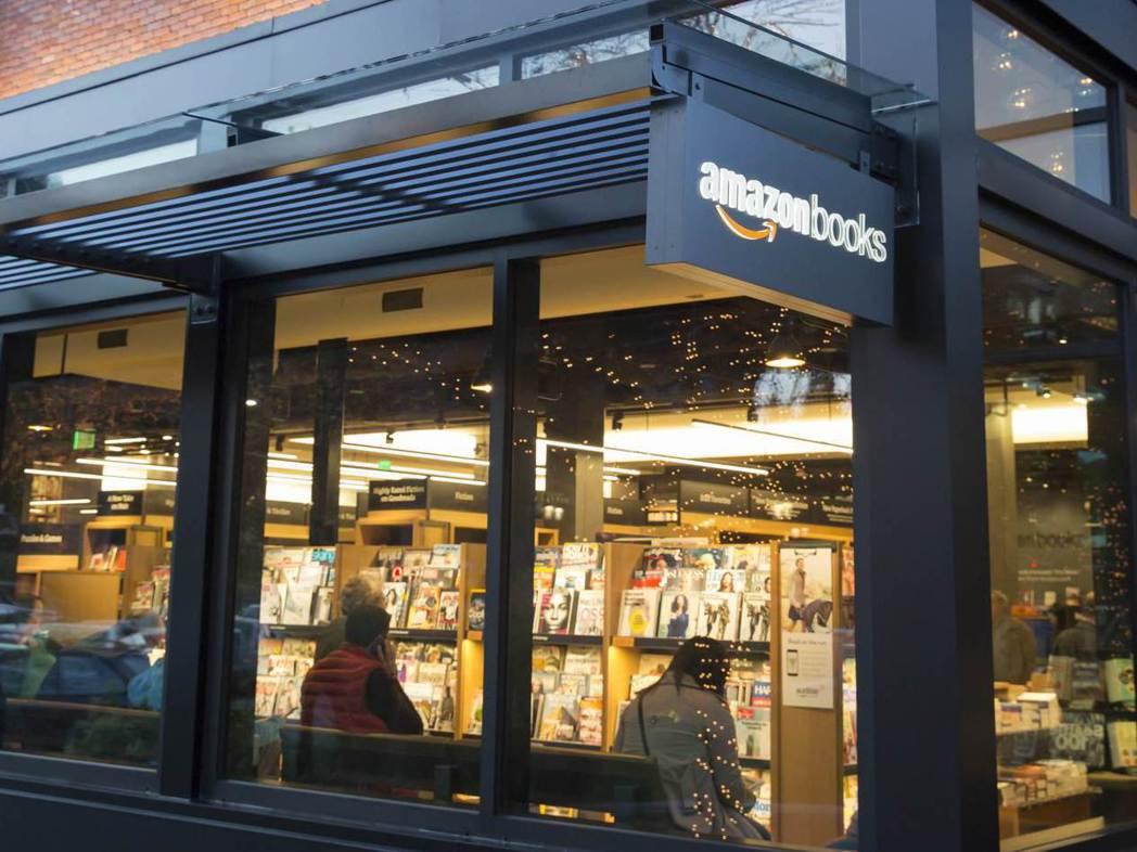 以網路書店起家的亞馬遜也開了實體書店。 (法新社)