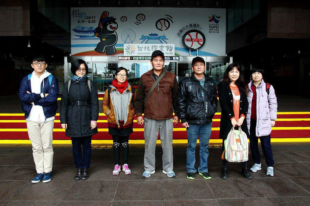 2017年1月16日羅義翔(中)與潛水夫症案的志工群,一起到台北市政府和捷運局進...