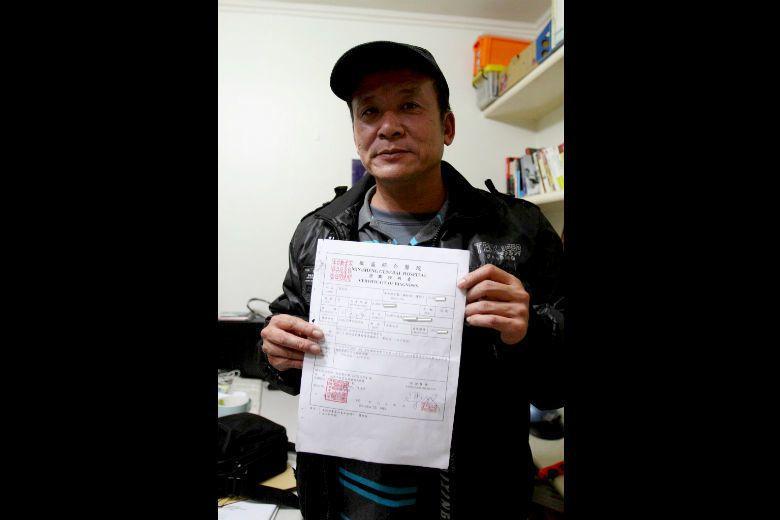 羅義翔手拿105年診斷證明書,鑑定右膝及兩肩酸痛,為退化性關節炎。 圖/張隆榮提...