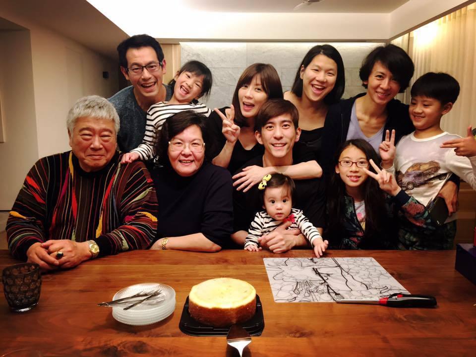 修杰楷(前中)與家人慶生。圖/摘自臉書