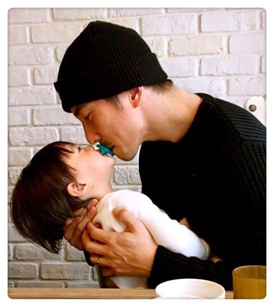 修杰楷與女兒咘咘甜蜜親親。圖/摘自臉書