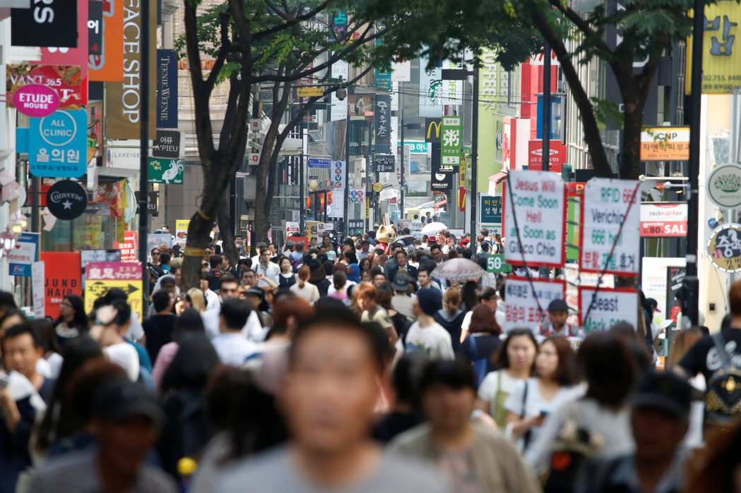 投資人看好亞洲新興市場通膨表現,大舉進入台灣、南韓股市。(路透)
