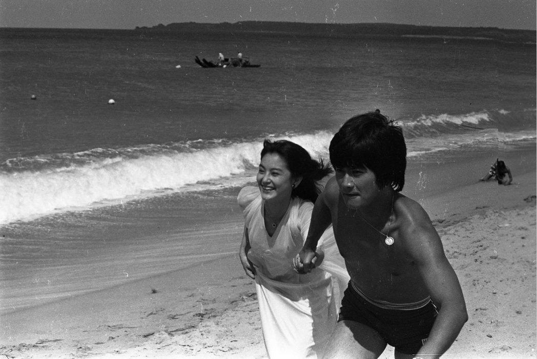 林青霞與鄧光榮在「愛情長跑」又有沙灘上奔跑的畫面。圖/報系資料照片