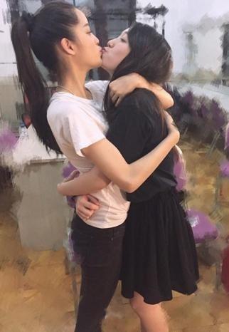 歐陽娜娜與好閨密香奈兒接吻。圖/取自於香奈兒IG