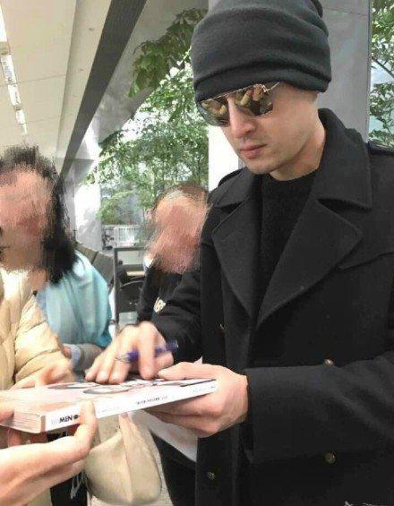 前天胡歌已經抵達美國,網路上也有人貼出粉絲在當地「捕獲」胡歌的照片。圖/取自微博