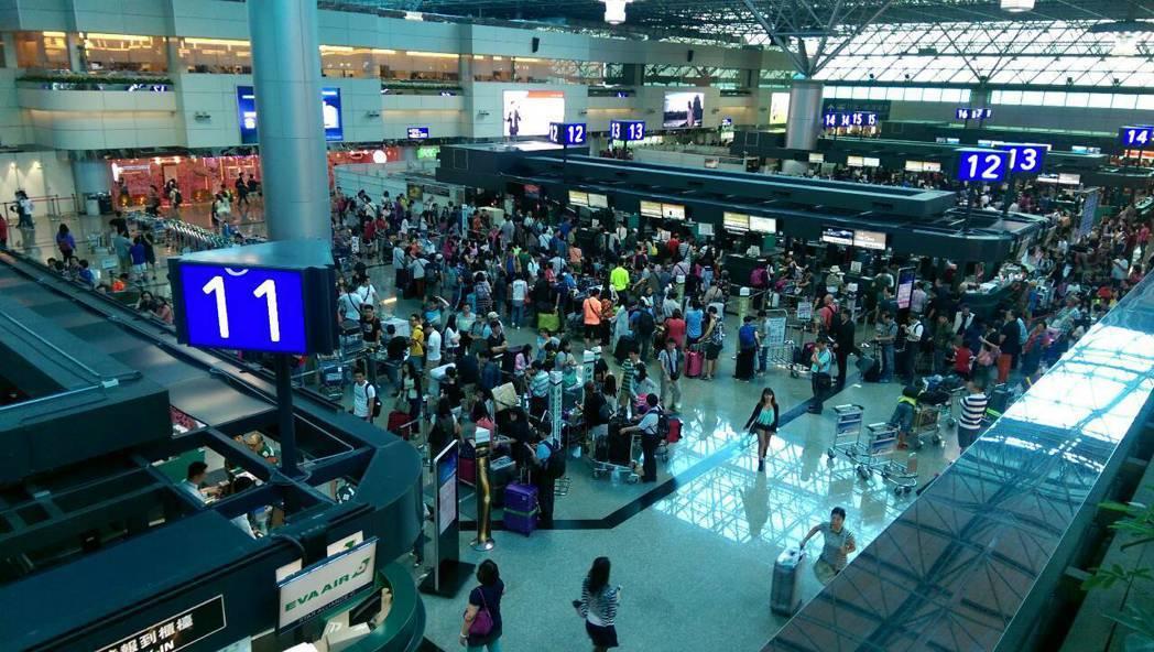 國際機場協會服務品質評比,2016年度排名桃園國際機場獲雙料冠軍。 記者楊文琪/...