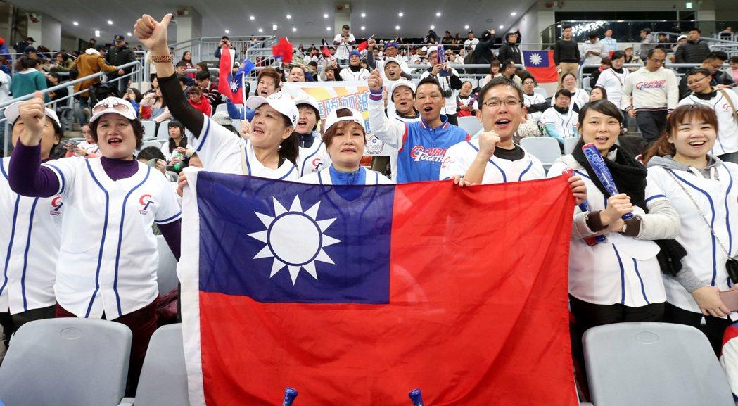 林智勝母親(前排中)手持國旗與加油團為中華隊加油。特派記者侯永全/攝影