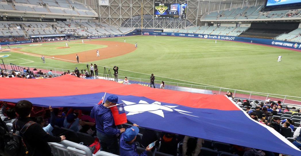 中華加油團展開大型國旗為中華隊加油。特派記者侯永全/攝影