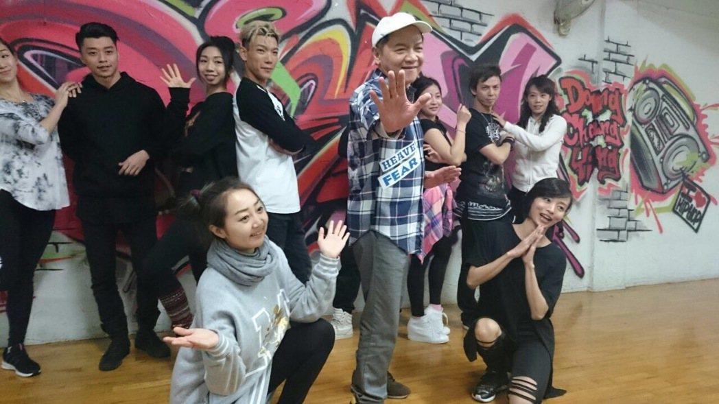 葉啟田彩排練舞。記者陳于嬙/攝影