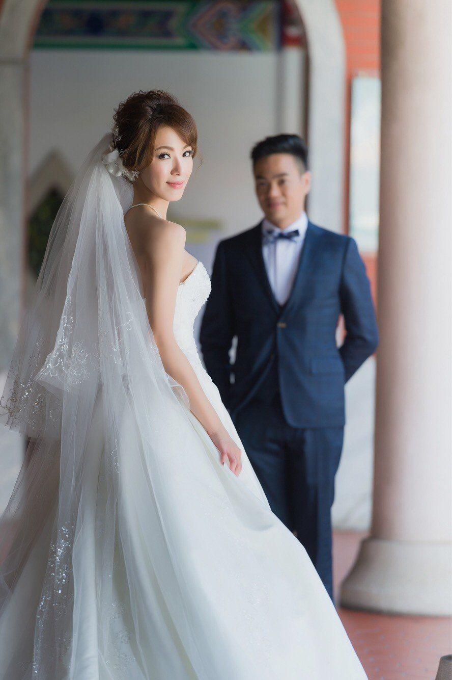 黃瑄與新加坡馬卡龍先生閃婚,公布甜蜜婚紗照。圖/民視鳳凰藝能提供