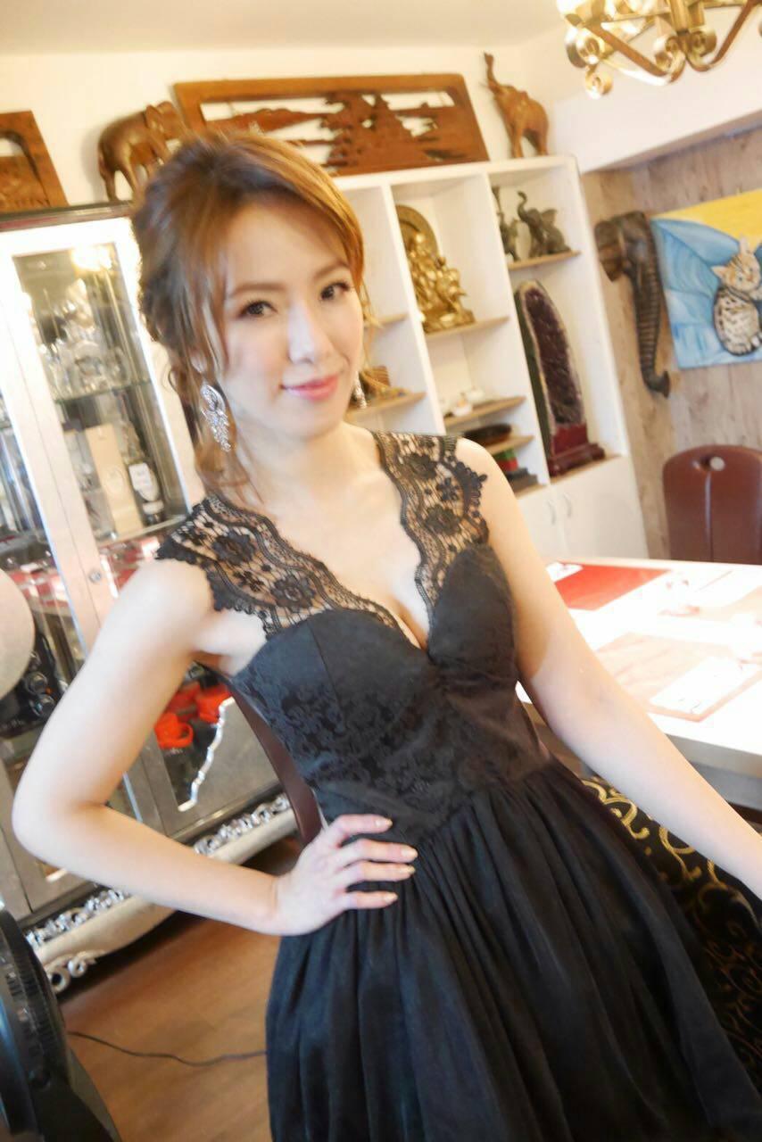 黃瑄公布結婚喜訊,簍空低胸小禮服洋溢待嫁娘喜悅。圖/民視鳳凰提供