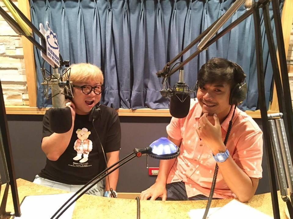 納豆(左)和史丹利主持飛碟「五點納史見」播出最後一集。圖/摘自「五點納史見」臉書