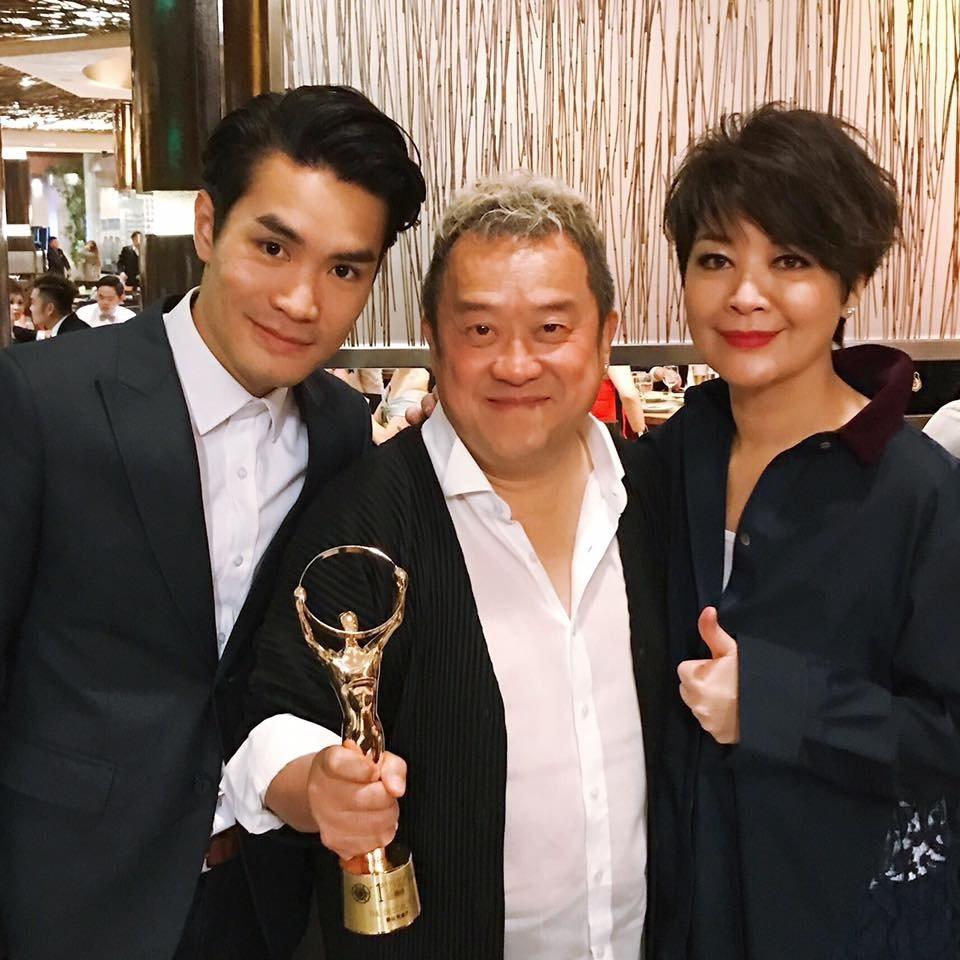 曾志偉(中)以「一念無明」拿下馬來西亞金環獎影帝。左為導演黃進,右為女主角金燕玲...