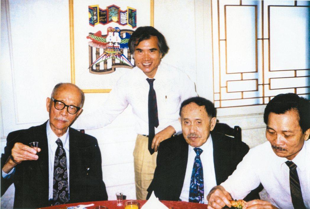 紀弦返台省親與詩友餐敘,(左起)紀弦、林煥彰、彭邦禎、羅門。 圖/林煥彰提供
