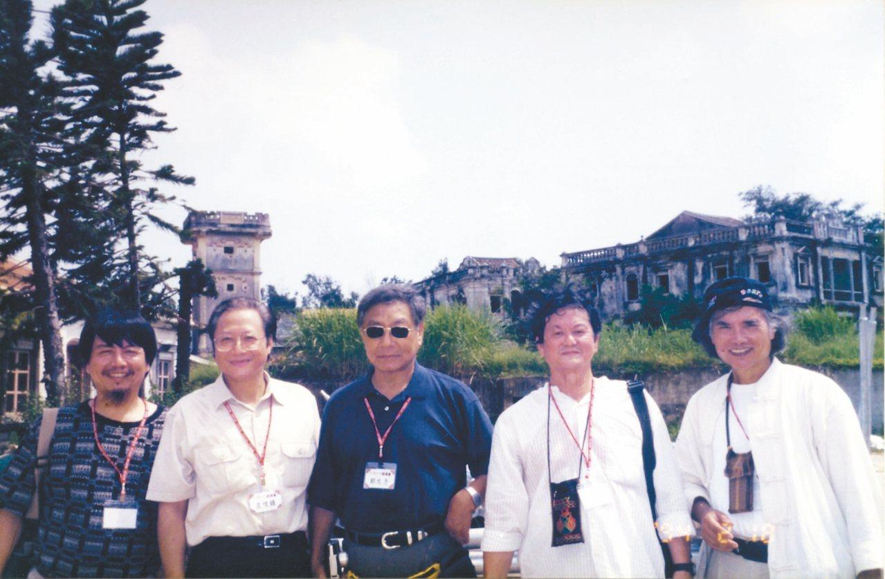 1994年於金門前水頭合影,(左起)康原、高信疆、鄭愁予、黃春明、林煥彰。 圖/...