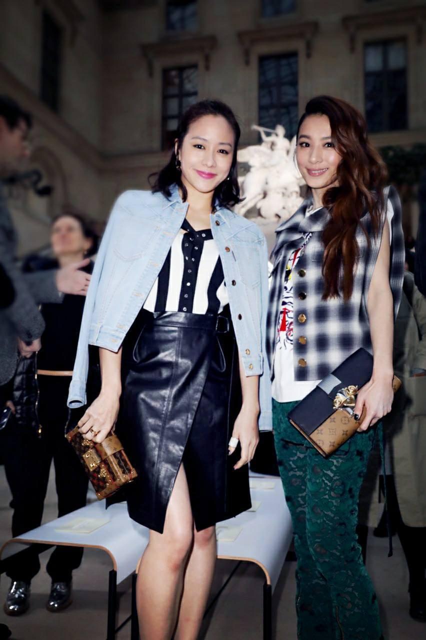 Hebe參加巴黎時裝秀,與林嘉欣合照。圖/摘自臉書