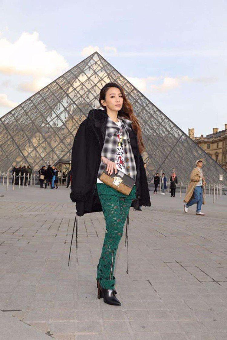 Hebe田馥甄在路易威登發表秋冬新品的羅浮宮現場留影。圖/取自臉書