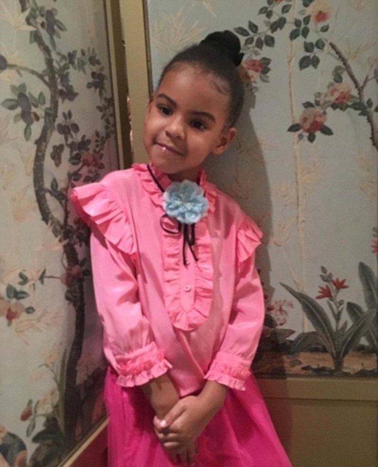 Blue Ivy穿粉紅色高領荷葉邊襯衫。圖/摘自英國每日郵報