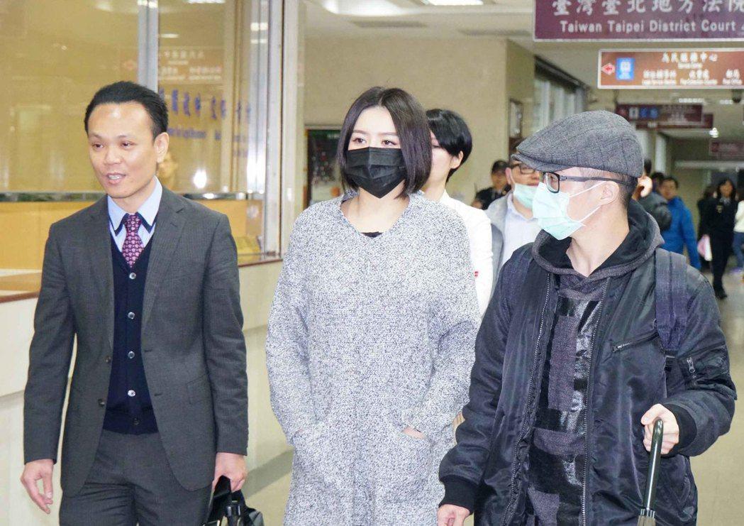 藝人李妍憬與賀姓計程車司機的互毆案件,台北地方法院今天首度開庭。李妍憬(中)在律