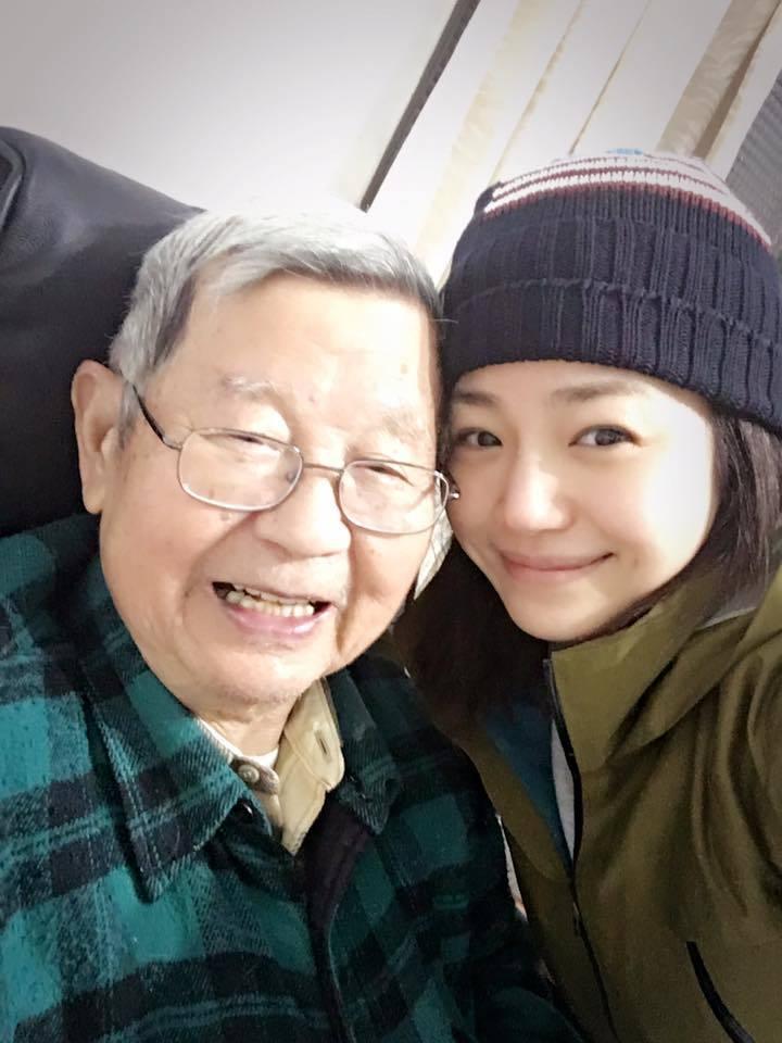 陳妍希與外公。 圖/擷自臉書