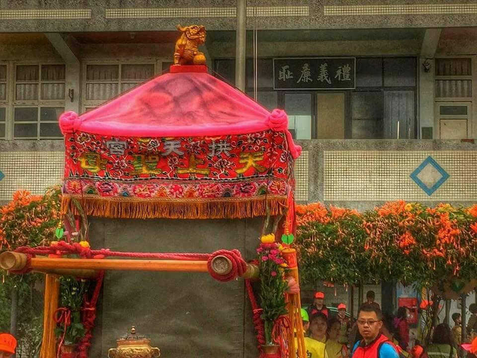 媽祖鑾轎進入校園時也出現「禮義廉恥」的匾額。 圖擷自林榮崇臉書