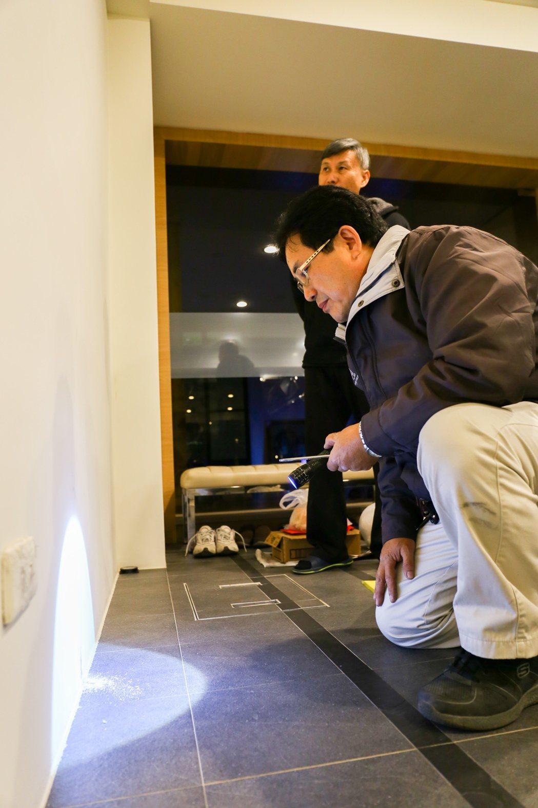 住戶反映的維修問題,售服人員都會到現場了解狀況。 張世雅/攝影