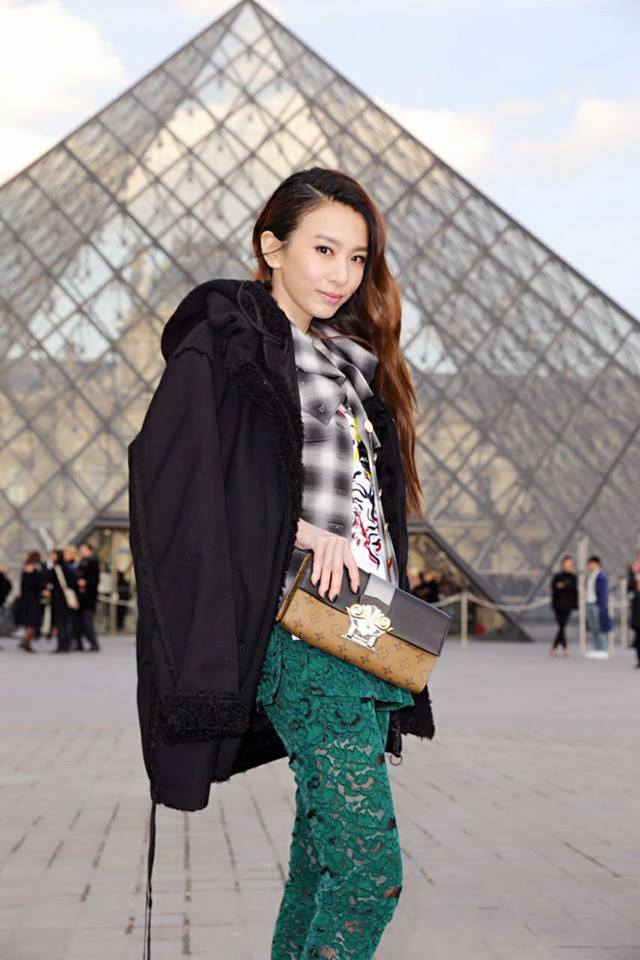Hebe田馥甄在路易威登發表秋冬新品的羅浮宮現場展現帥氣。圖/取自臉書