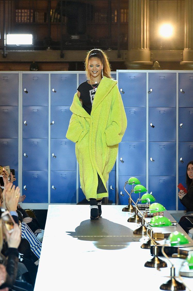 蕾哈娜在巴黎國家圖書館發表她與PUMA合作的聯名新裝。圖/PUMA提供