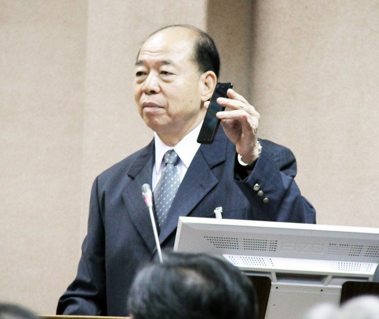 前國安局長楊國強手持冠明四號保密手機。聯合報系資料照