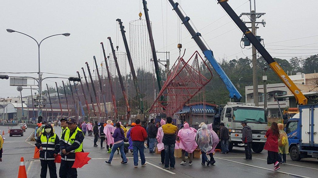 白沙屯媽回鑾抵通霄 18輛吊車一字排開吊炮相迎