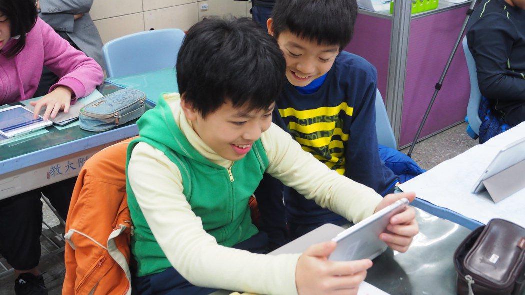 學生觀看教師提供補充教材。圖/北市教育局提供