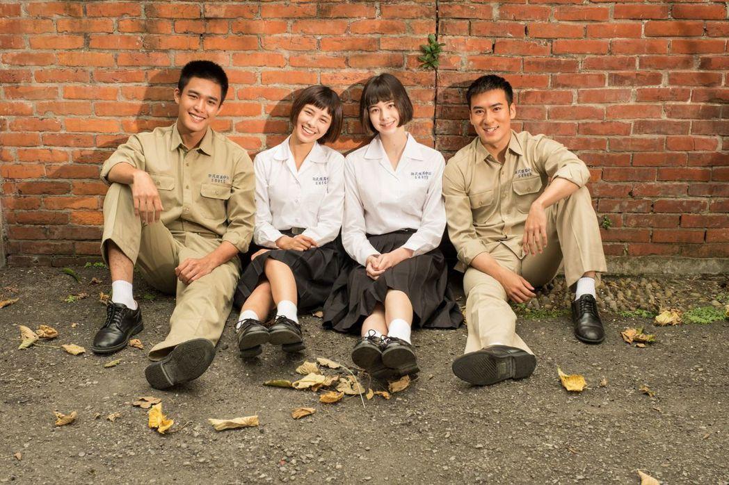 安俊朋(左起) 劉宇珊、金凱德、 沈建宏為「這些年那些事」拍海報。圖/中天提供