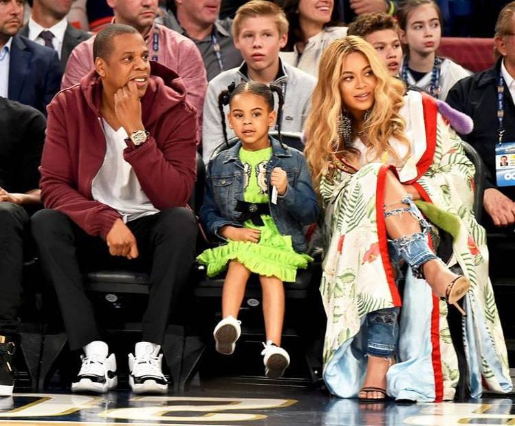 一家人看球賽,碧昂絲和Blue Ivy穿Gucci洋裝和罩衫。圖/摘自Us We...