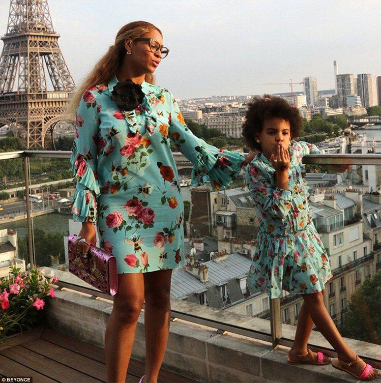 碧昂絲和女兒Blue Ivy穿母女裝。圖/摘自英國每日郵報