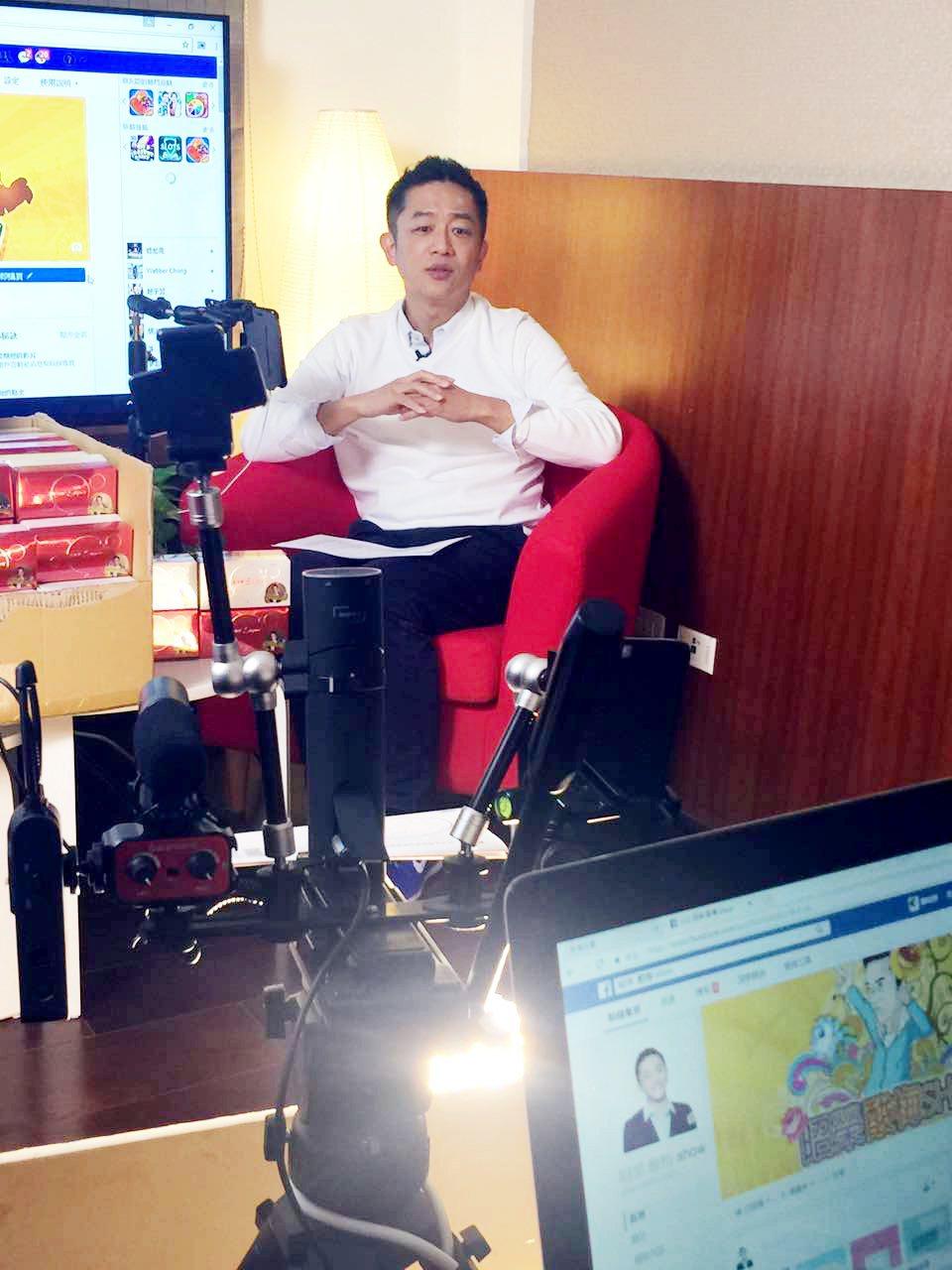 陳昭榮開直播節目設備齊全,連燈光都自備自打。圖/A.Y.E提供