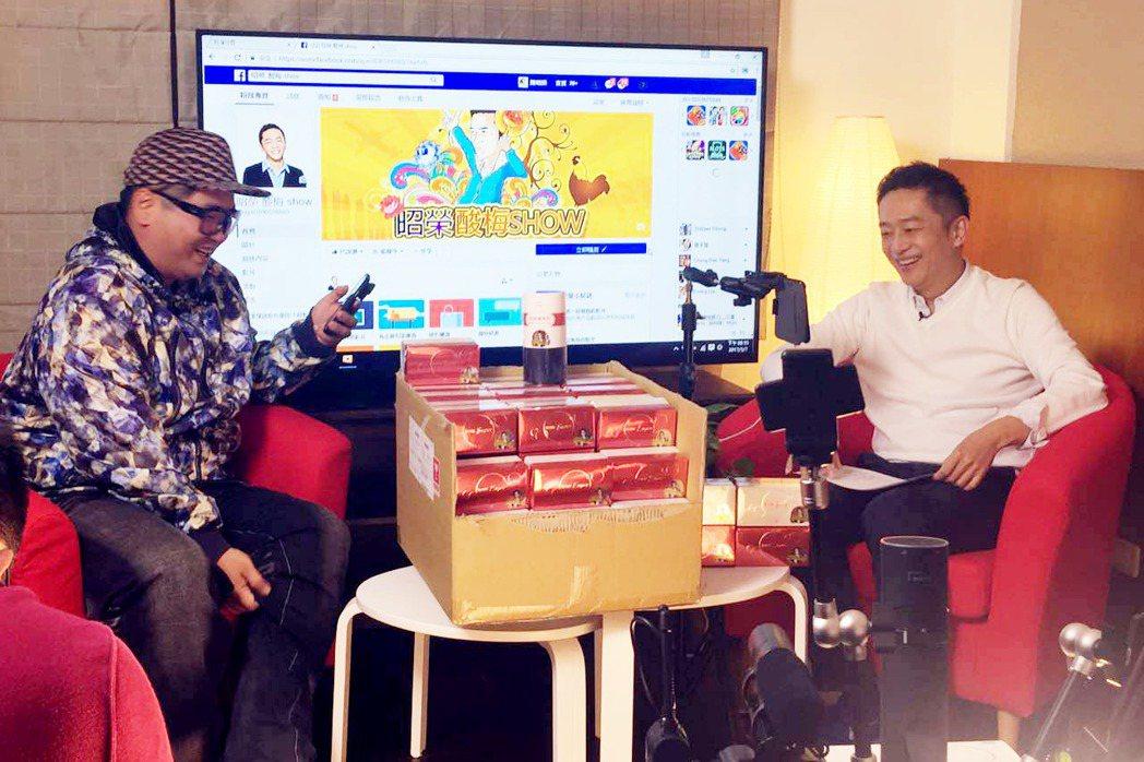 陳昭榮開直播節目,和夥伴爆爆一起說笑。圖/A.Y.E提供