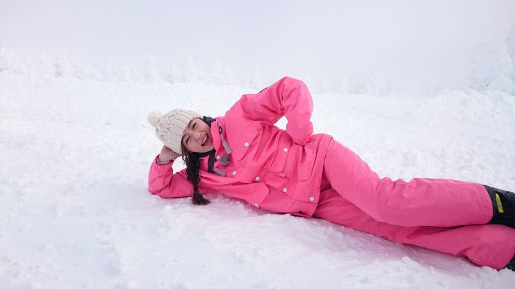 王瞳開心在雪地裡打滾。圖/民視提供