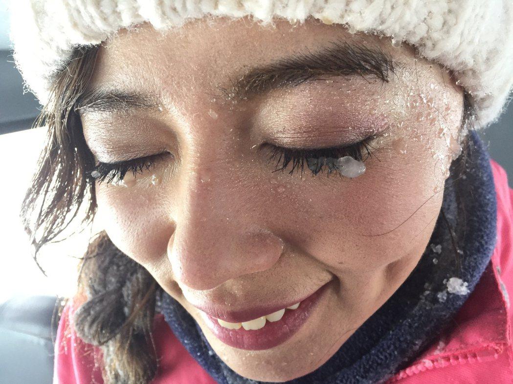 宮城太冷,王瞳連睫毛都結冰了。圖/民視提供